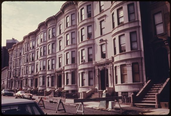 800px-ROW_HOUSES_IN_BROOKLYN,_NEW_YORK_CITY._THE_INNER_CITY_TODAY_IS_AN_ABSOLUTE_CONTRADICTION_TO_THE_MAIN_STREAM_AMERICA..._-_NARA_-_555912